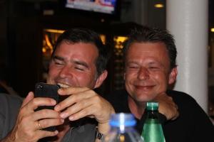 Thomas Berthold und Michael Brendel amüsieren sich köstlich über ein Youtube-Video.