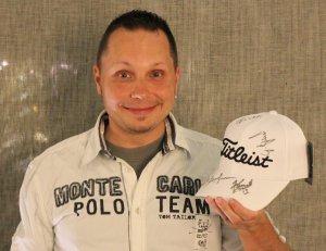 Nicolas Gattinger mit seinem Sonderpreis für das Eagle auf der 17!